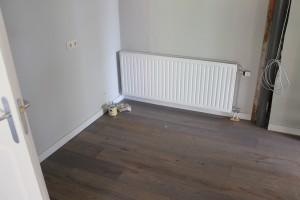 Speciale bruine afwerking van de houten vloer in Hardenberg.