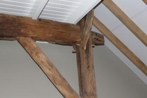 De eiken vloeren zijn afkomstig uit oude balken om de werking van het hout tegen te gaan, maar kunnen ook als decoratie gebruikt worden. Zoals gedaan is in de woning in Vroomshoop.