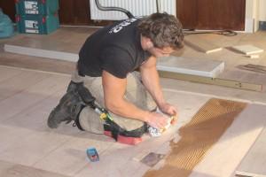 De vloeren worden alleen gelegd door echte specialisten, op de foto wordt een vloer gelegd in Eindhoven.