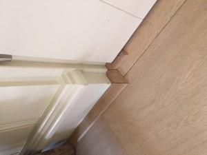 Afwerkingen om deurposten door middel van platte plinten in Venlo.