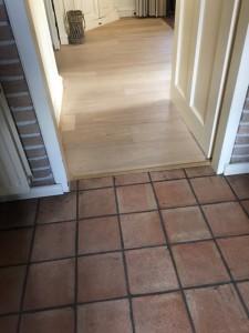 Een overgang tussen een houten vloer en een tegel vloer? Geen probleem! U kunt als voorbeeld nemen de vloer in Utrecht.