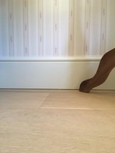Een onderdeel van het leggen van de vloer is de afwerking van de plinten, bijvoorbeeld hoge plinten in een woning in Amsterdam.