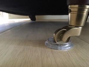 Een afbeelding om te laten zien hoe u uw vloer kunt beschermen tegen krassen. Een idee van fam Jansen uit Deventer.