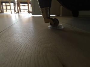 Om de vloer te beschermen kun u doppen plaatsen onder meubels, zoals fam. Jansen heeft gedaan in Deventer.
