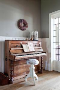 De kamer is veel lichter nu en de piano komt mooi uit