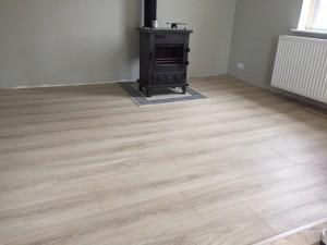 Enschede, de houtkachel komt veel mooier uit nu de vloer weer hersteld is en een nieuwe kleur heeft