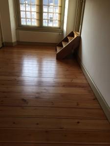 Grenen houtenvloer met rustieke uitstraling zorgt voor sfeer in uw woning