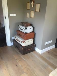 De houten vloeren kunnen in elke gewenste kleur worden afgewerkt, waaronder in een grijze kleur zoals afgebeeld
